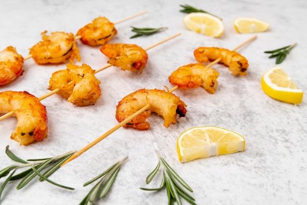 Cozze di mare con fettine di limone Foto Gratuite