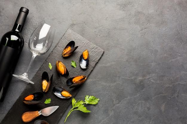 Cozze e vino cucinati piatti con copyspace Foto Gratuite