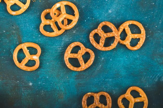 Cracker della ciambellina salata su un fondo blu di legno Foto Gratuite