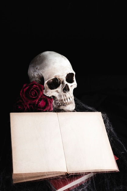 Cranio con libro mock-up su sfondo nero Foto Gratuite