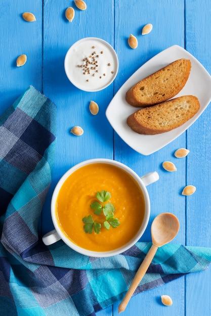 Crema di zucca con pane e prezzemolo Foto Premium