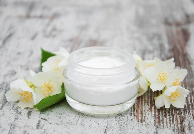 Crema idratante con fiori di gelsomino Foto Premium