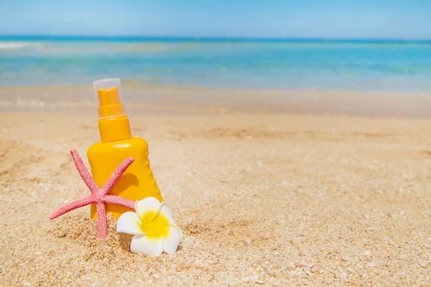 Crema solare sulla spiaggia Foto Premium