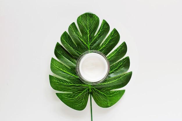 Crema su bianco con foglia verde Foto Premium