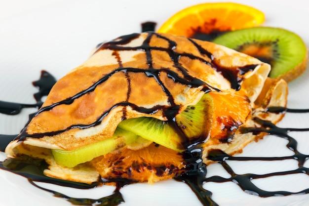Crepe con kiwi e arancia Foto Premium