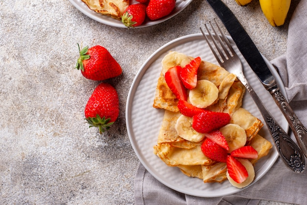 Crepes con fragole e banana Foto Premium