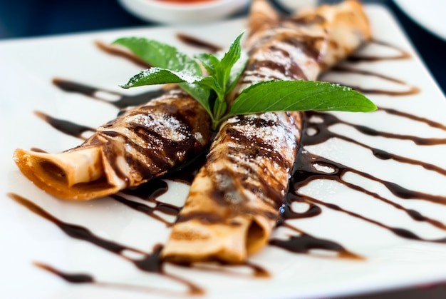 Crepes con salsa di cioccolato Foto Premium