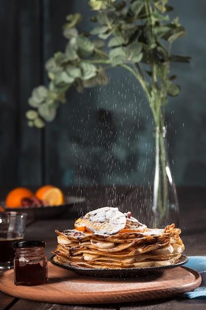 Crepes francesi fatte in casa fresche fatte con uova, latte e farina, riempite di marmellata su un piatto d'annata Foto Gratuite