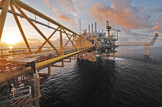 Crepuscolo di una piattaforma petrolifera offshore in thailandia. Foto Premium