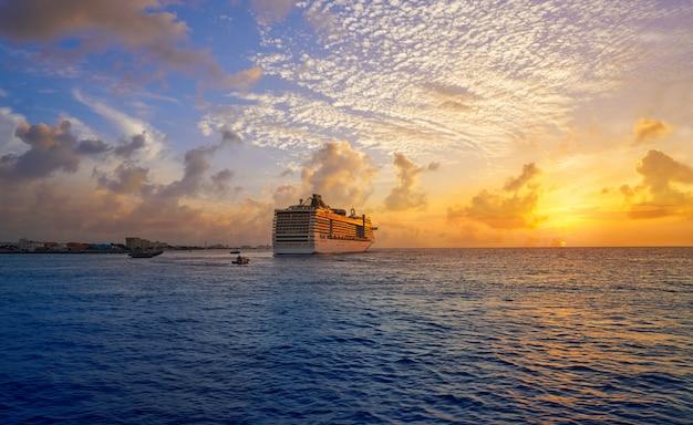 Crociera al tramonto dell'isola di cozumel riviera maya Foto Premium