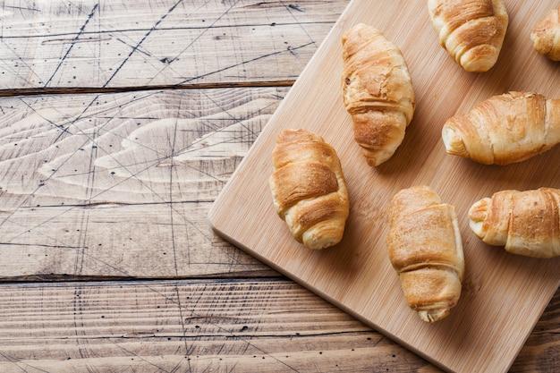 Croissant con cioccolato ripieno su fondo in legno. Foto Premium