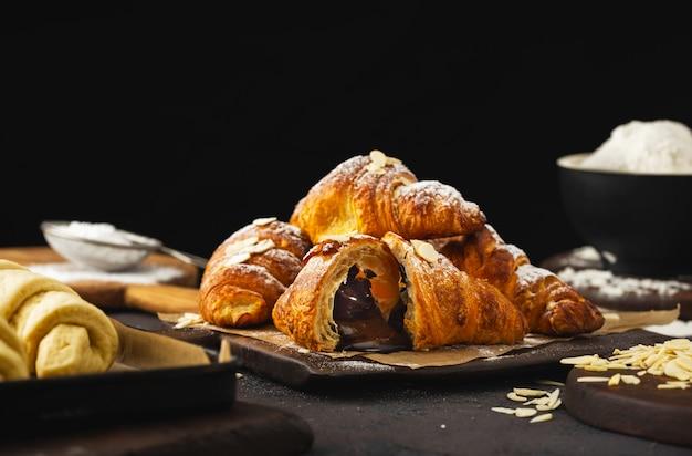 Croissant di recente al forno con la fine del cioccolato in su Foto Premium