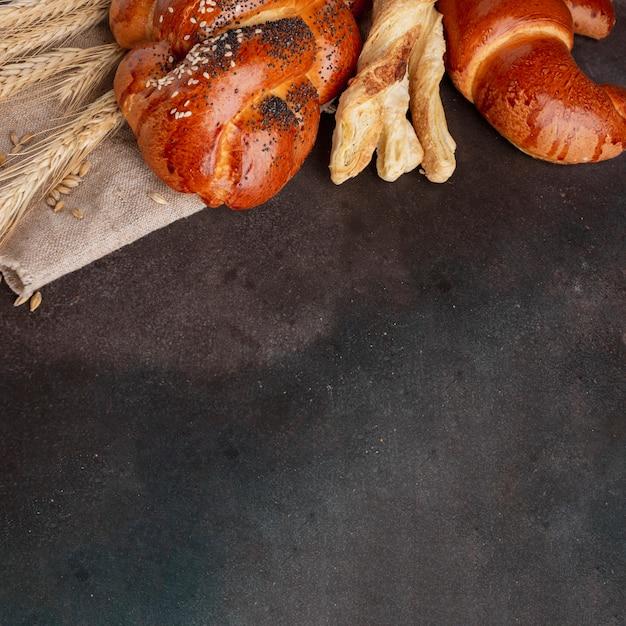 Croissant e pasticceria con erba di grano Foto Gratuite