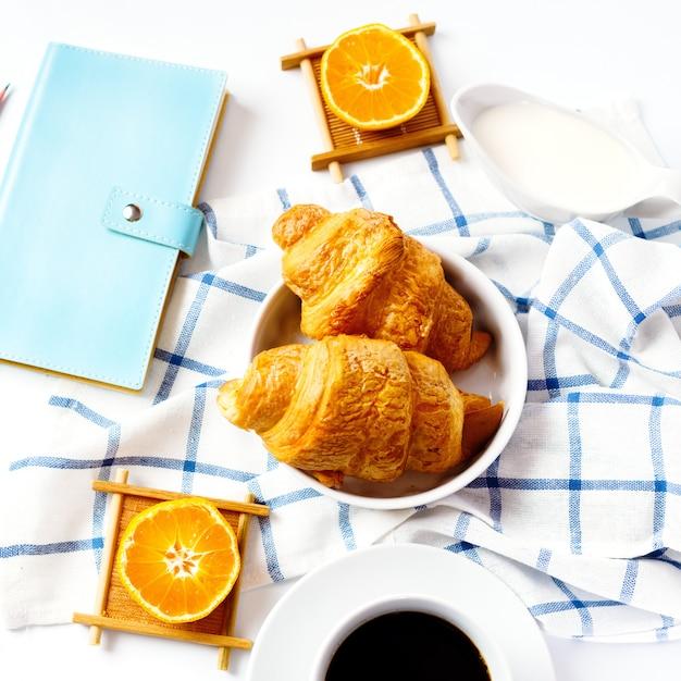 Croissant saporiti cotti freschi per la prima colazione Foto Premium