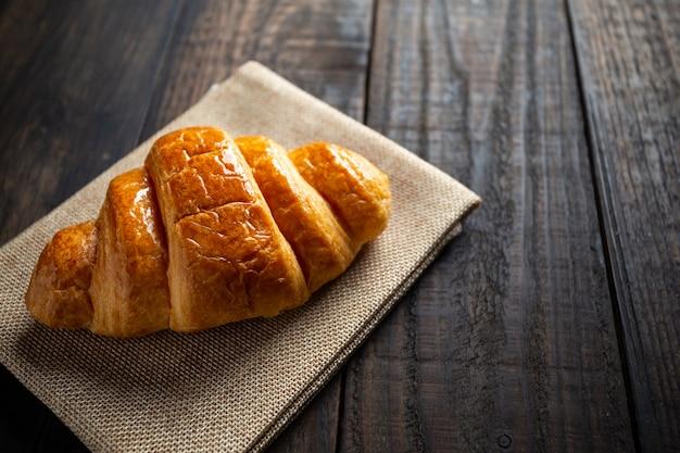 Croissant sul vecchio tavolo di legno. Foto Gratuite
