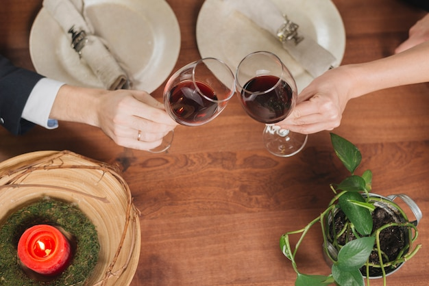Crop amorevole coppia brindando con vino Foto Gratuite