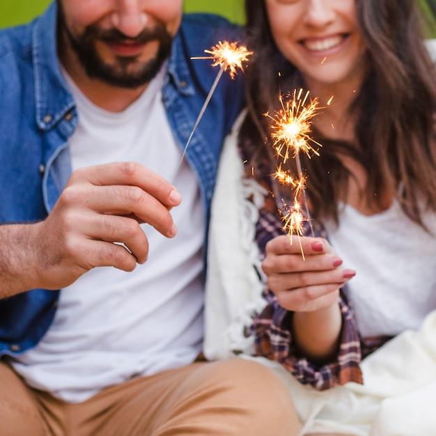 Crop coppia con stelle filanti Foto Gratuite