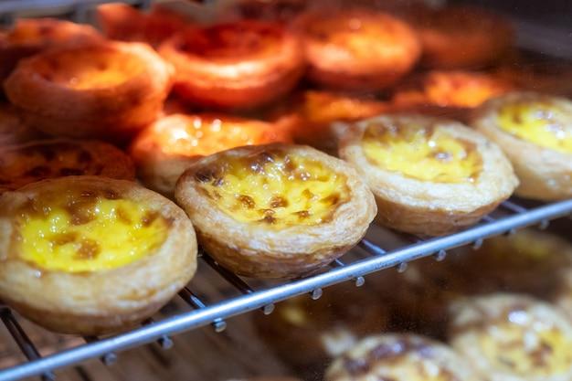 Crostata all'uovo con crema pasticcera sulla griglia. dessert dolce tradizionale in asiatico Foto Premium