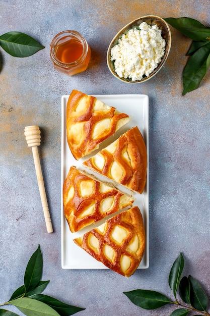 Crostata casalinga deliziosa della torta della ricotta con la ricotta e il miele freschi, vista superiore Foto Gratuite