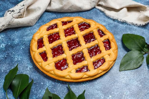 Crostata di crostata di ciliege tradizionale deliziosa della bacca su superficie scura grigia Foto Gratuite