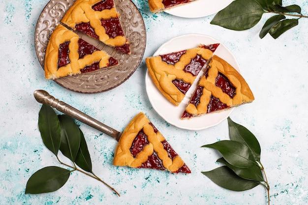 Crostata tradizionale deliziosa della ciliegia della bacca sulla superficie leggera Foto Gratuite