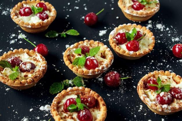 Crostatine con panna montata e ciliegia. Foto Premium