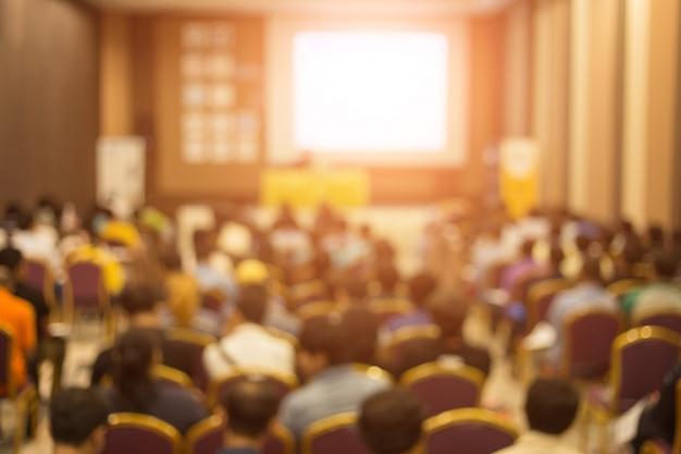 Crown sta ascoltando lo speaker che parla durante un incontro di lavoro Foto Premium