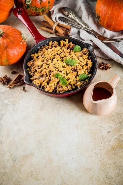 Crumble di zucca al forno fatto in casa al forno Foto Premium