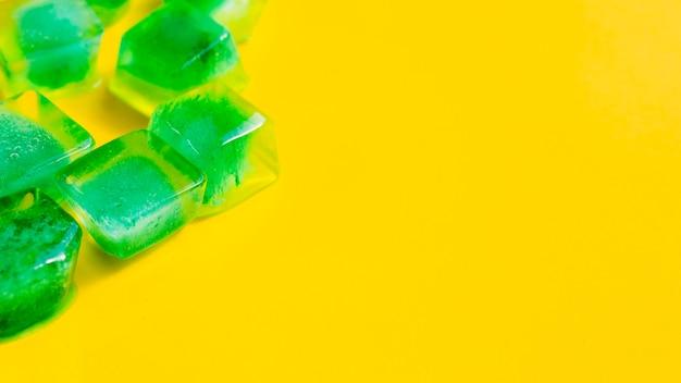Cubetti di ghiaccio con erbe all'interno Foto Gratuite