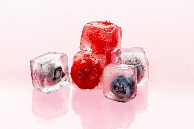 Cubetti di ghiaccio con frutti di bosco per cocktail estivi Foto Premium