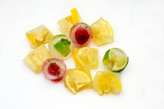 Cubetti di ghiaccio con limoni e fragole congelate Foto Premium