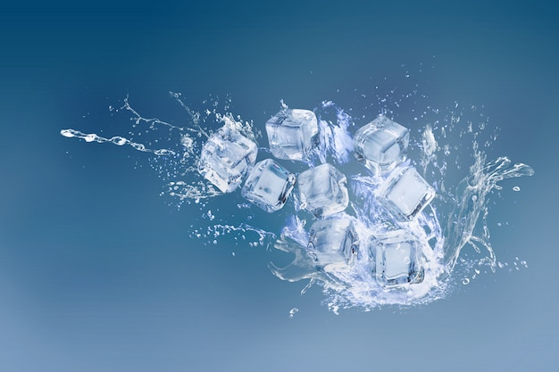 Cubetti di ghiaccio isolati su uno spazio blu e copia Foto Premium