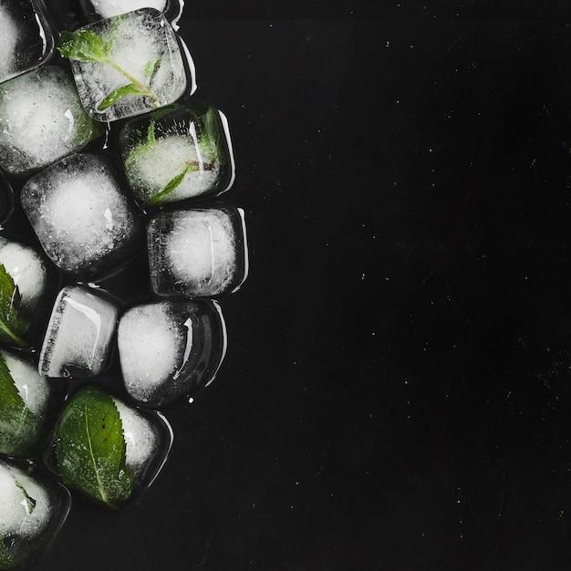 Cubetti di ghiaccio nuvolati aromatizzati alla fusione Foto Gratuite