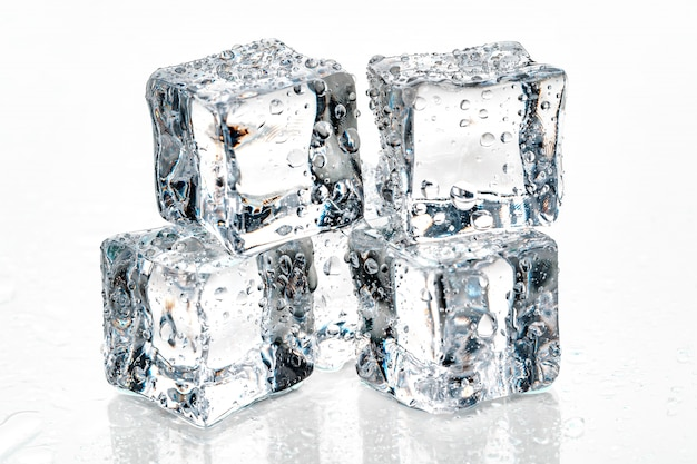 Cubetti di ghiaccio su sfondo bianco. Foto Premium