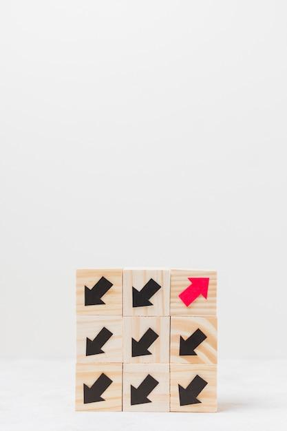 Cubi di legno con il concetto di originalità delle frecce Foto Gratuite