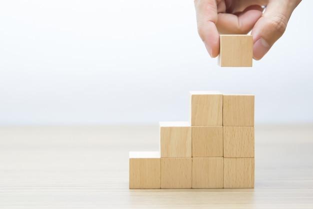 Cubo di legno impilato a forma di triangolo Foto Premium