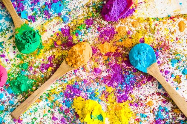 Cucchiai con diversi colori brillanti e secchi Foto Gratuite