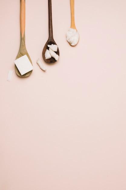 Cucchiai con prodotti di cocco e copia-spazio Foto Gratuite