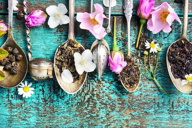 Cucchiaini da tè con foglie di tè Foto Premium