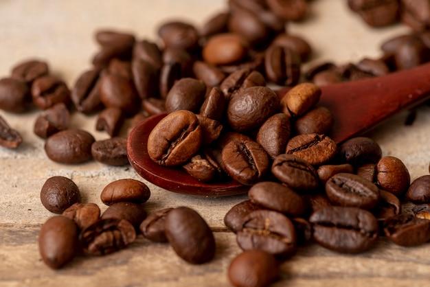 Cucchiaio close-up con chicchi di caffè tostato Foto Gratuite