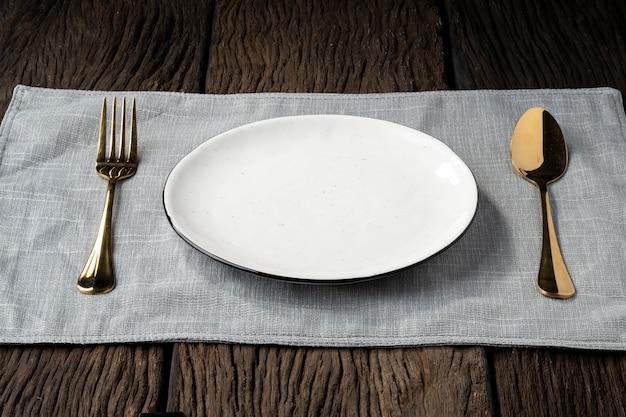 Cucchiaio di forchetta piatto su fondo in legno chiaro e senza profondità di campo Foto Premium
