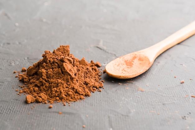 Cucchiaio di legno e cacao Foto Gratuite