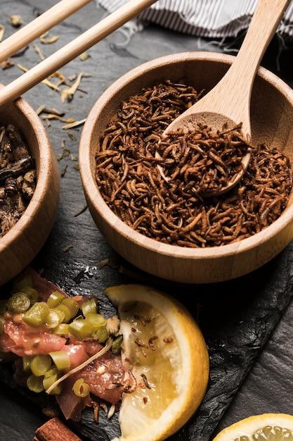 Cucchiaio di legno pieno di larve vista dall'alto Foto Gratuite