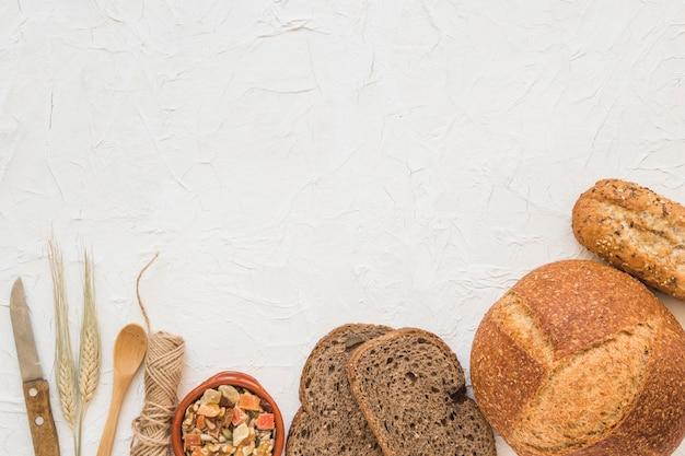 Cucchiaio e coltello vicino a noci e pane Foto Gratuite