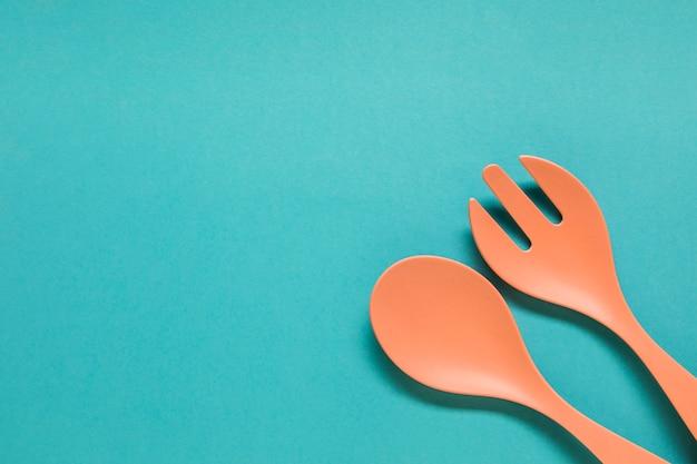 Cucchiaio e forchetta su sfondo blu Foto Gratuite