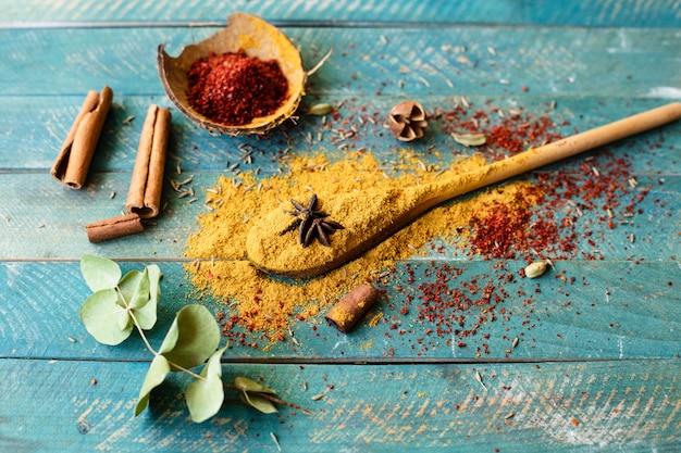Cucchiaio vista dall'alto con condimenti indiani Foto Gratuite
