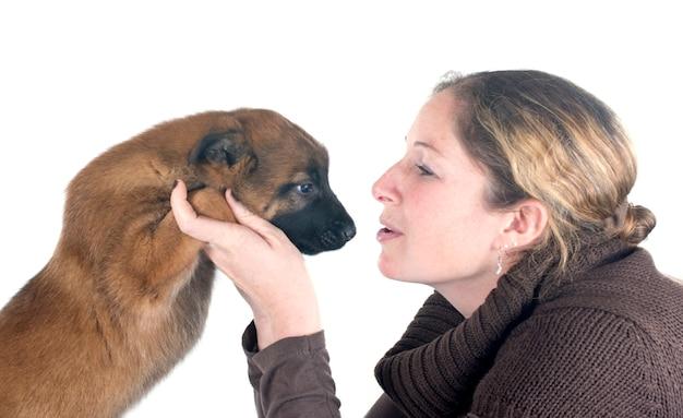 Cucciolo di malinois e donna Foto Premium