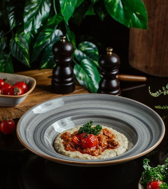 Cucina orientale, humus con salsa Foto Gratuite