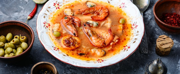 Cucina tailandese tradizionale. tom yum goong zuppa piccante di gamberetti Foto Premium