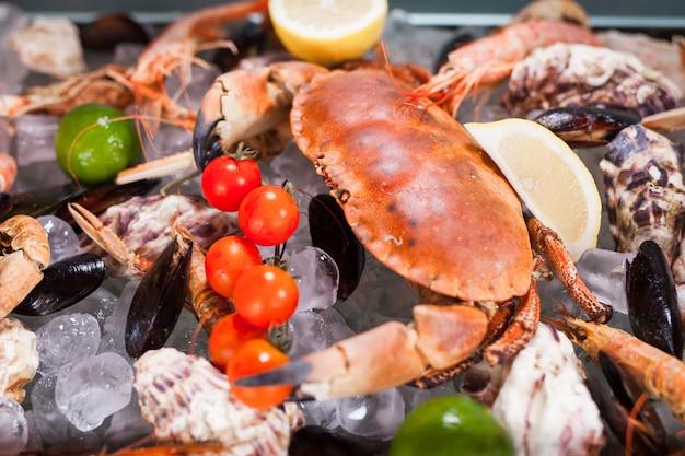 Cucinare frutti di mare in un ristorante. Foto Premium